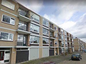 Brokstukken beton vallen van balkons