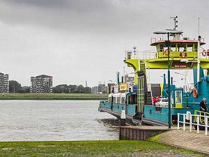 Spitspont Maassluis-Rozenburg terug in de vaart