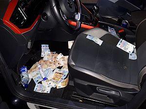 Auto Fransen puilt uit van het geld