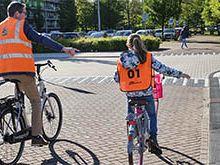 Wethouder Voskamp fietst mee met verkeersexamen