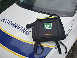 Auto handhaving uitgerust met AED