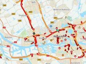 Regen en kleine ongelukjes zorgen voor drukte op de snelwegen