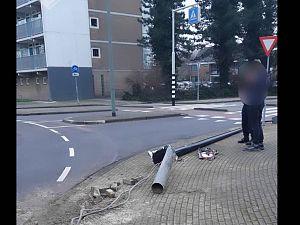 Vrachtwagen rijdt lantaarnpaal omver