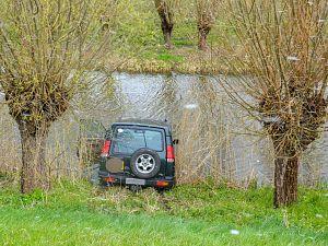 Automobilist belandt onderaan de dijk na ongeluk