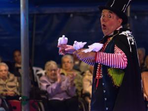 Circus Sijm vermaakt cliënten Argos Zorggroep