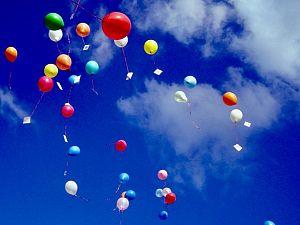 Wegwerpplastic, ballonnen en aluminium borden in ban