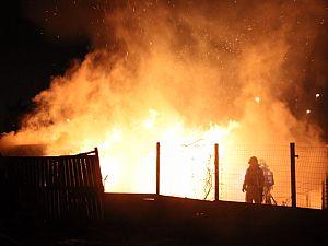 Tuinhuisje in vlammen op