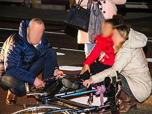 Meisje bekneld door fiets