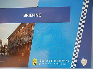 Politie en interventieteam gemeente houden actie aan Parkweg