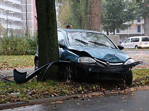 Auto knalt op boom