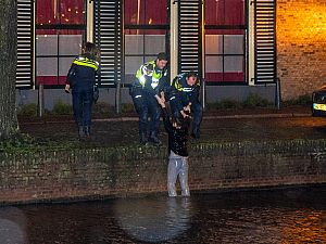 Politie haalt vrouw uit Korte Haven