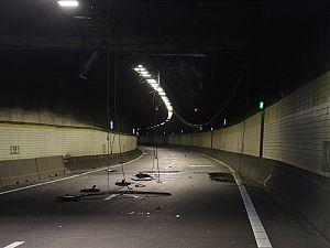 Plafonddelen tunnel bezaaid over wegdek