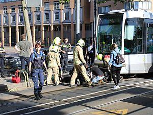Scooterrijder bekneld onder tram en bevrijd