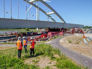 Mammoet plaatst 4100 ton zware brug in omgelegde Havenspoorlijn