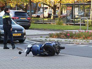 Scooterrijder naar ziekenhuis na aanrijding