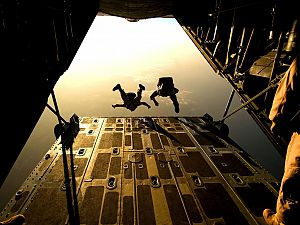 Luchtmacht oefent en dropt para's boven regio