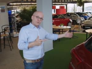Richard praat Raquel bij over auto's