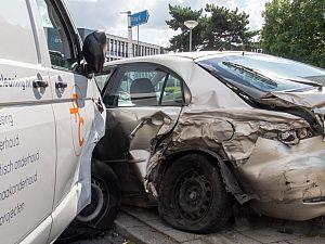Bizar ongeval met drie auto's en busje op Van Deventerstraat