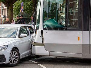 Tram en auto raken elkaar vol op Schiedamseweg Rotterdam