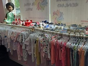 Kinderkledingbank heeft geloof in snelle doorstart
