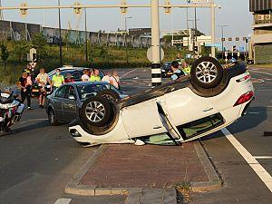 Auto belandt op dak na aanrijding