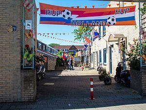Schiedam: nog niet oranjegek, kleurt wel steeds meer oranje
