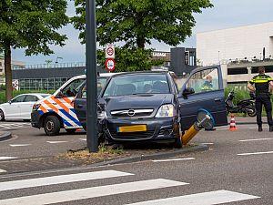 Automobilist botst tegen verkeerspaaltje en lantaarnpaal
