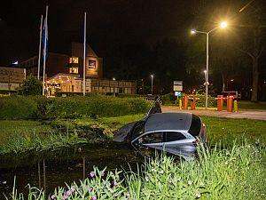 Auto rijdt voor Novotel sloot in