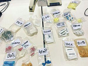 Wijkagent ontdekt mobiele apotheek tijdens fouilleren