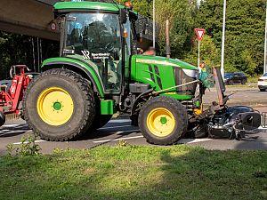 Scooterrijdster aangereden door tractor