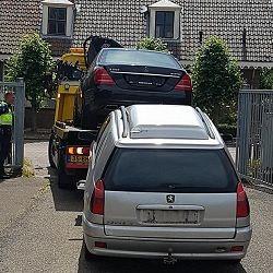 Auto met ingeslagen ruit weggesleept
