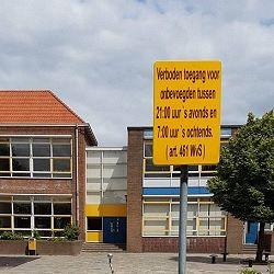Verboden toegang op schoolplein het Spectrum