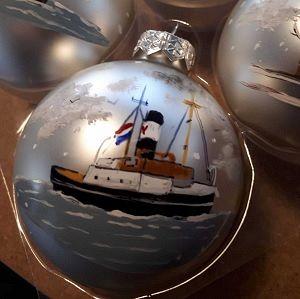Kunstenares maakt kerstballen van Maassluis