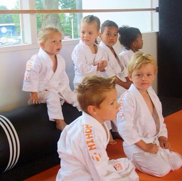 Jong, oud en alles ertussen; bij Judo Zutphen kan iedereen meedoen