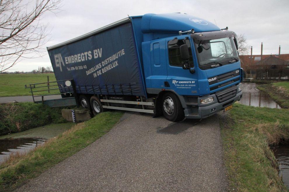 Vrachtwagen vol augurken vast in berm