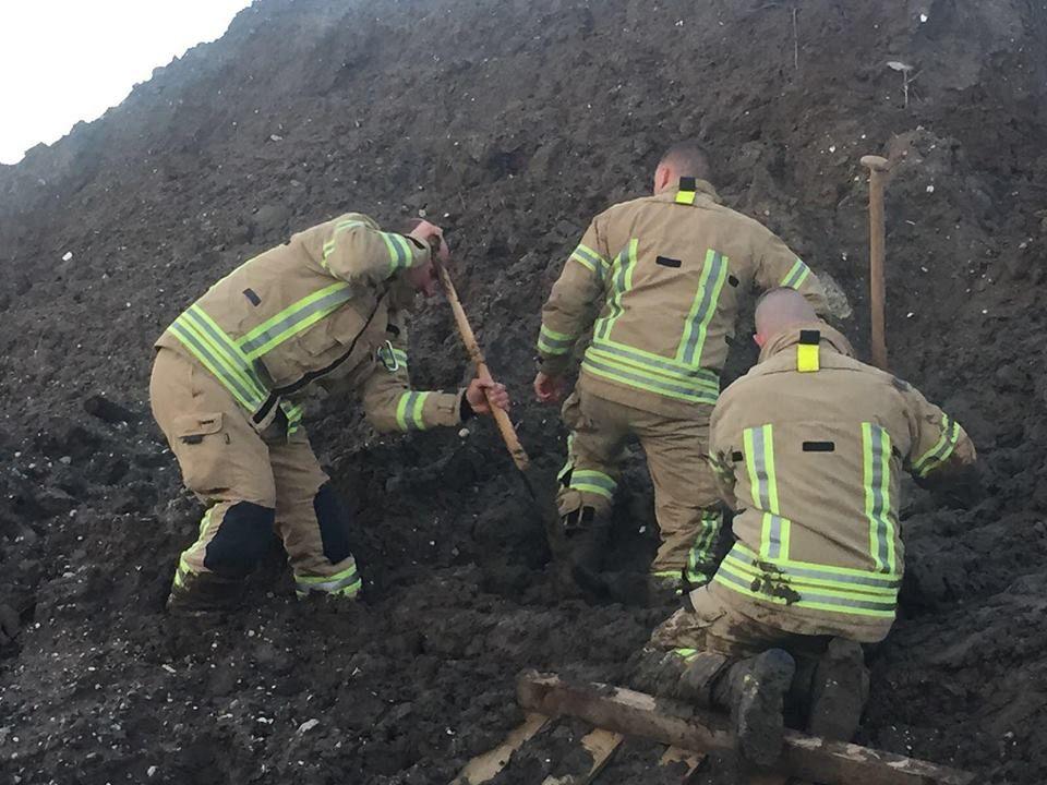 Brandweer redt meisje uit de modder