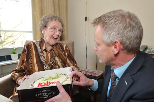 Taart en felicitaties voor 101 jarige