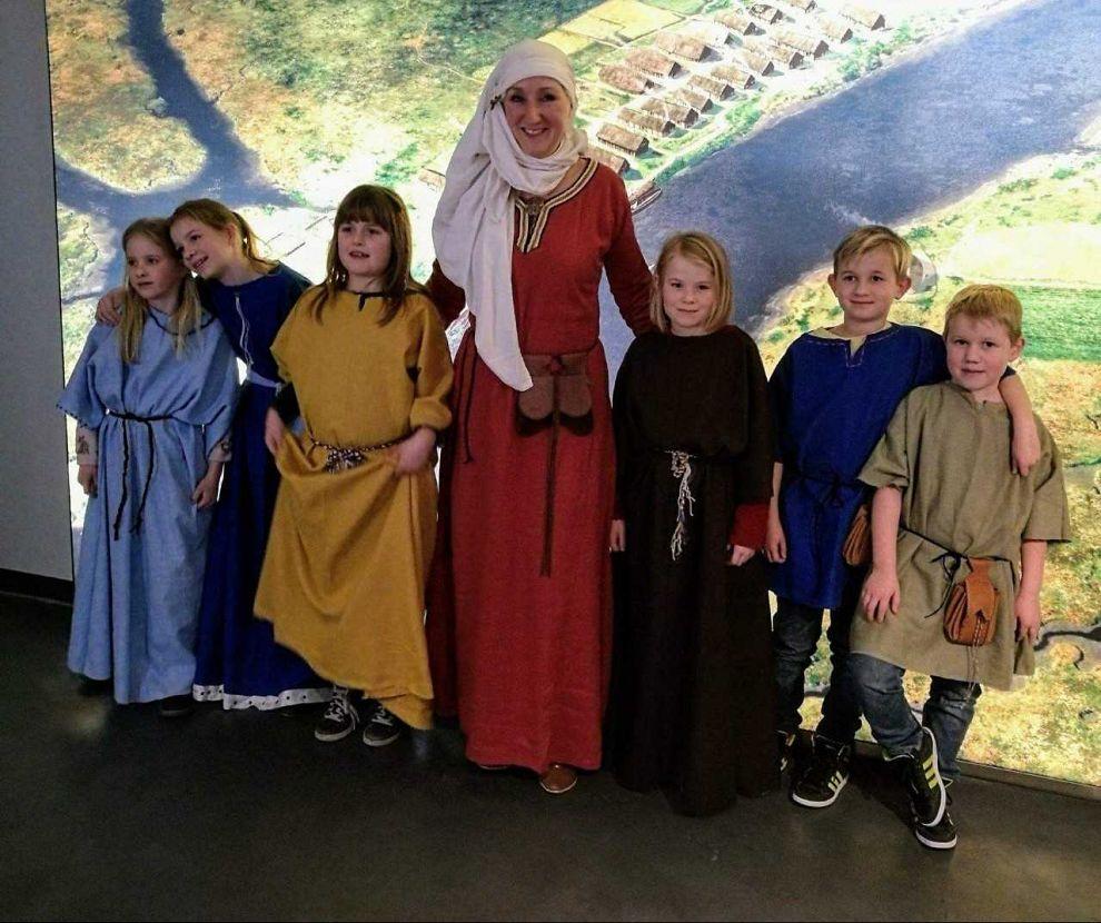 Kinderen maken middeleeuwse kleding in voorjaarsvakantie