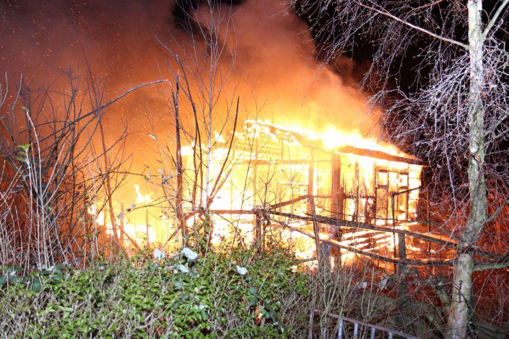 Tuinhuisje in brand op Vijfsluizen