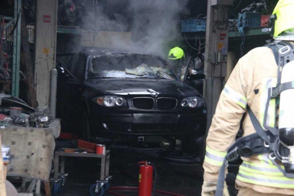 Auto vat vlam bij laswerkzaamheden