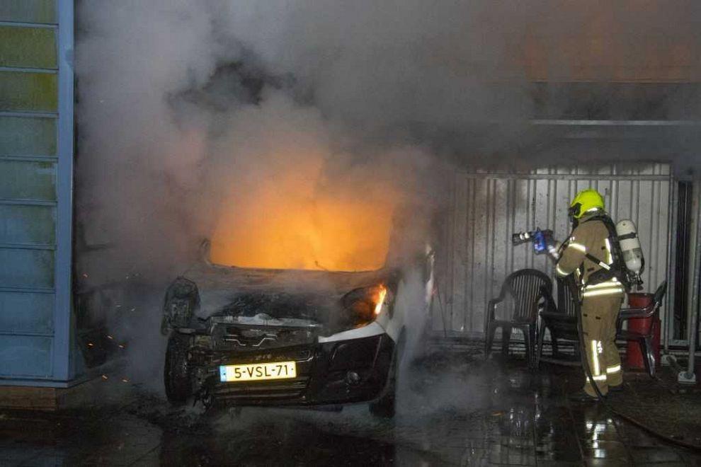 Opnieuw auto verwoest door brand