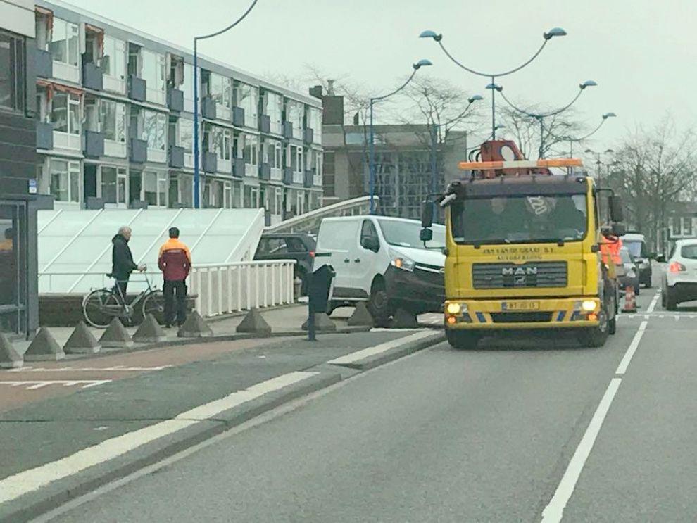 Busje rijdt zich vast op het viaduct