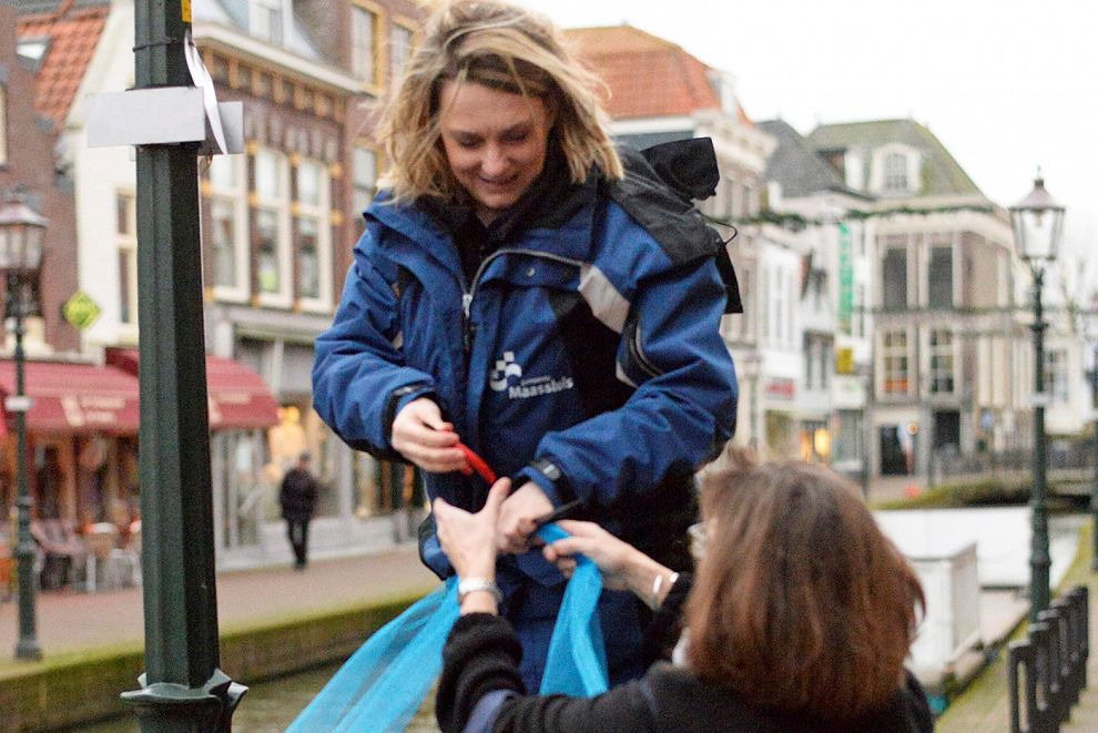 Blauwe strikken om kapotte lantaarns in Binnenstad
