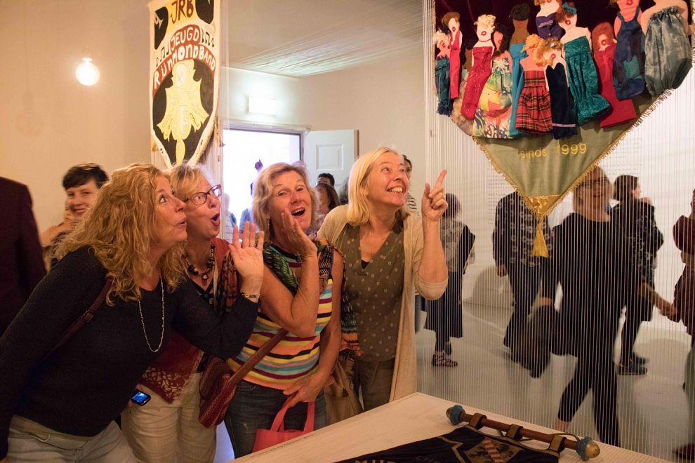 Vaandels brengen Schiedammers in het museum en bij elkaars club