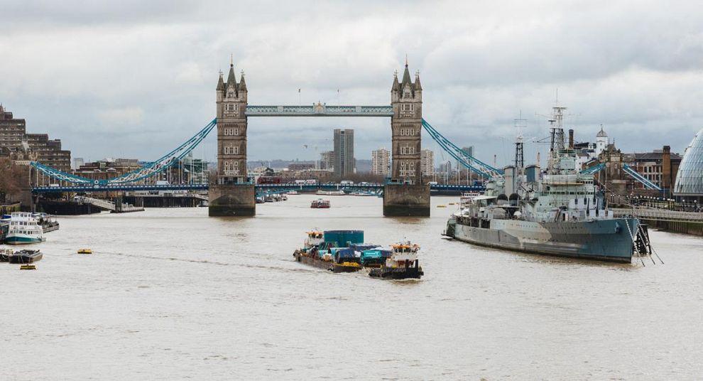 Mammoet met tunnelboor onder Tower Bridge