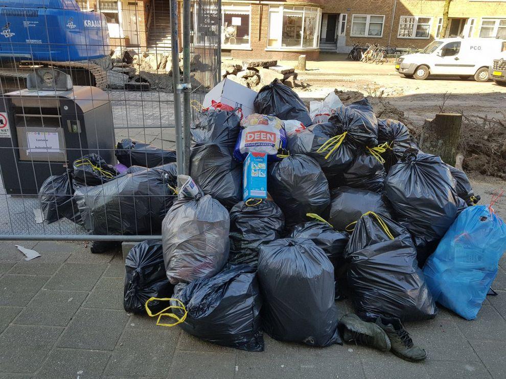 Dumpers dertig vuilniszakken aangepakt