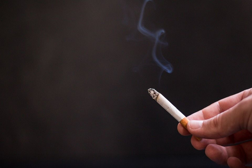 Rechter verbiedt rookruimtes in cafés