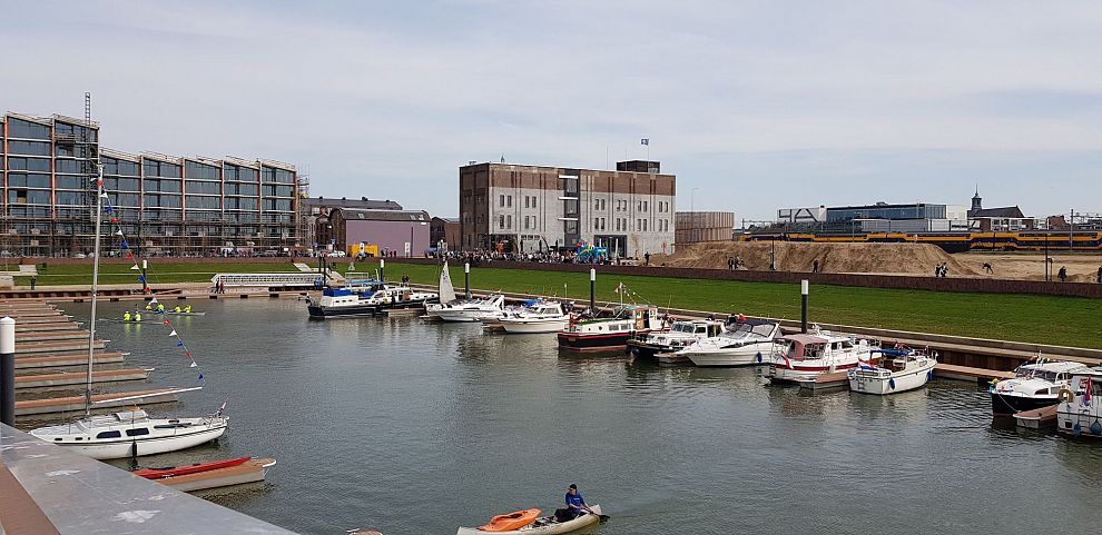 Net geopende Noorderhaven ontsiert met obscene graffiti